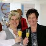 Strahlend: ABCSG-Mitarbeiterin Bettina Vötsch mit der Organisatorin des sehr gelungenen Abends, Susanne Grabuschnig (v.l.n.r.).