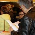 Die BesucherInnen studierten das Informationsmaterial von Europa Donna, die ebenfalls vor Ort waren.