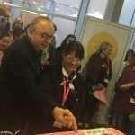 Der Chirurg unterstützt ein bisschen: Michael Gnant und Mona Knotek-Roggenbauer schneiden die Jubiläumstorte an.
